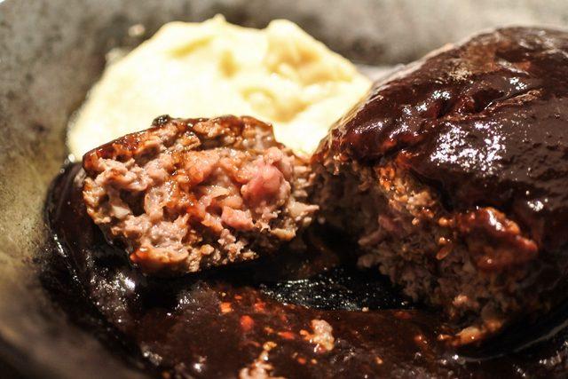 画像1: 肉肉しさの中にドライエイジングビーフの独特のナッツ香がひろがり艶っぽい味わい
