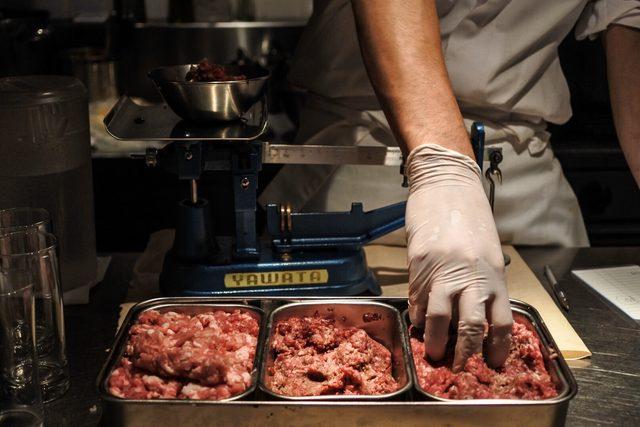 画像: 右から「熟成但馬牛粗挽き(肉肉しさ)」「熟成但馬牛二度挽き(ふっくら感)」「鹿児島黒豚ひき肉(ジューシー感)」