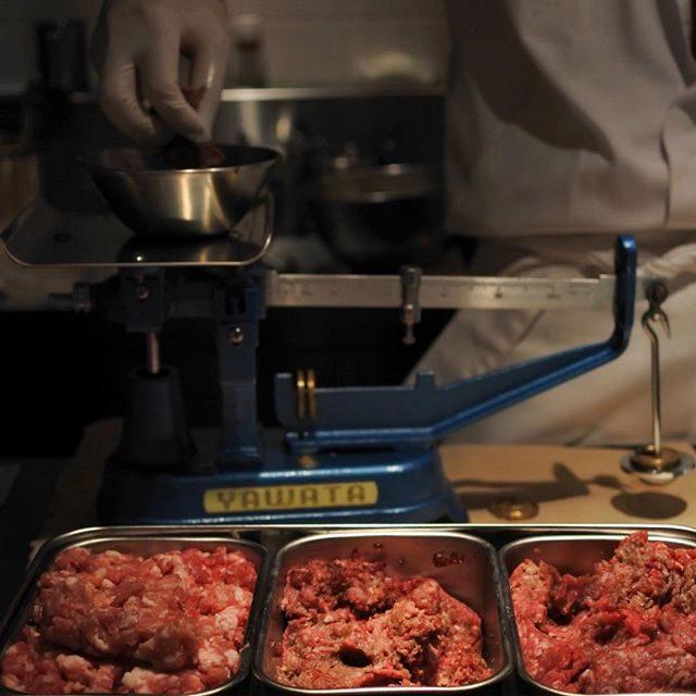 画像: ランチは、但馬牛熟成肉の元祖 中勢以 のハンバーグ! ドライエイジング但馬牛の粗挽き、二度挽き、鹿児島黒豚から選べる。そして客の目前で天秤計量! 具材も焼き加減もソースも選べます。 いわば、本気の俺のハンバーグ が楽しめるという算段。但馬粗挽き8、 ... instagram.com