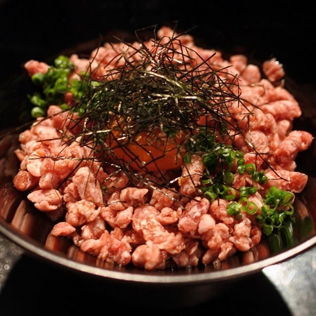 画像: そりゃ、あの加藤牛肉店の「焼肉ステーキあつし」だから、山形牛の希少部位をあげるのが筋なのでしょうが、この「トロふりかけ丼」がヤバすぎましたw。 山形牛の未経産牛肉を生ハム加工し、ミンチにした丼ぶりに #アメージングうめーじんぐ instagram.com