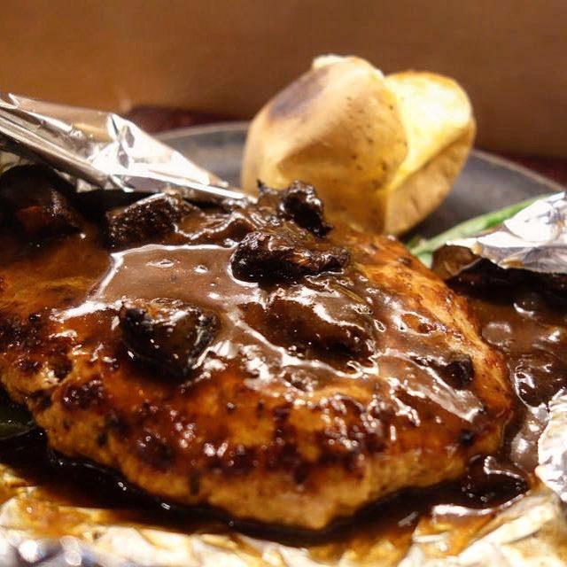 画像: つばめグリル出身のオーナーシェフのお店「AIDA」。 牛スジシチューのアルミホイル包み鉄板のせ「あいだハンバーグステーキ」は、まさにあの「ハンブルグステーキ」のよう!! そしてお約束のトマトのファルシーサラダやライスまでついて、ランチは990円はス ... instagram.com