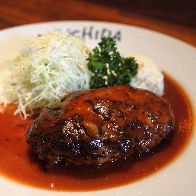 画像: 葛飾区民のご馳走は「うちだ」の洋食w ランチのハンバーグはどんぶり白米と赤だし付き! ハンバーグはむっちりした食感で、フランクプルトっぽい。ここはランチものよりも、極厚のとんかつがおすすめだな〜! #毎日ハンバーグ #ランチハンバーグ instagram.com