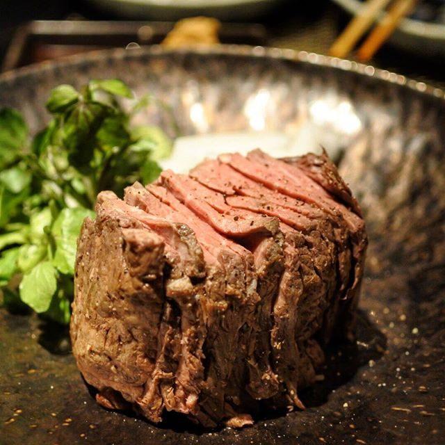"""画像: 縦割りのローストビーフは迫力あるね。 """"宝山ヒレロック 250G"""" なんだか焼酎みたいな名前の料理だけど、焼酎に合う。八海山の焼酎をソーダで、、。 instagram.com"""