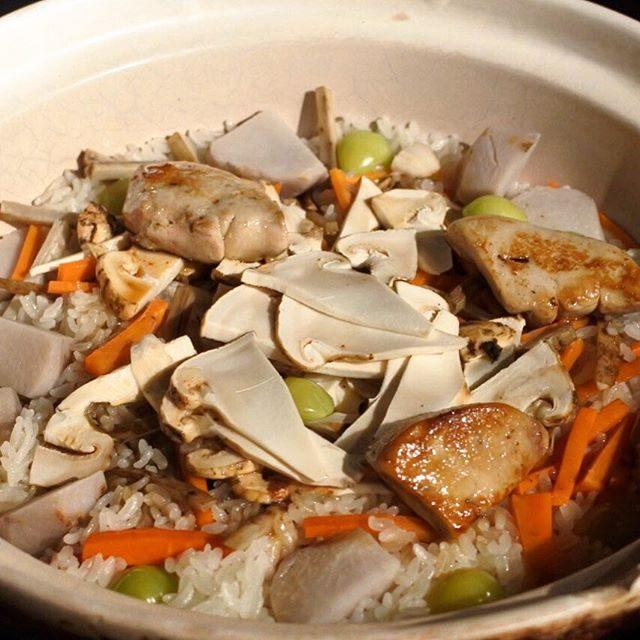 画像: 昨夜の「たべキン」定例食事会は、フォーリンデブはっしーセレクト「おこん」。甘い香りと粘りが特徴の山形県産ミルキークィーンの白米と玄米、さらに宮城県登米産ササニシキ金賞米、粒が大きい岐阜県産ハツシモを「おとうし」にメインは土鍋の炊き込みご飯という、な ... instagram.com