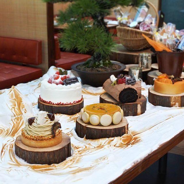 画像: アンダーズ東京ペストリーショップのクリスマスケーキたち!岡崎ペストリーシェフのケーキは5種。ラグジュアリーホテルなのに、気をてらわず気取らないクリスマスケーキは好感度大です! instagram.com