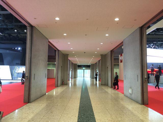画像: 通路先に屋外展示場への出口が見えます!