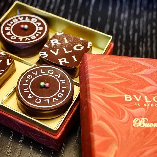 画像: BVLGARI Il Cioccolato  のクリスマスチョコレートボックス。フィレンツェ産マーブル紙のクリスマス限定ボックスは星をモチーフにし、聖夜にふさわしい。今回はイタリア産のクーベルチュールを使いさらにカカオを感じるテイストに。イタリア人 ... instagram.com