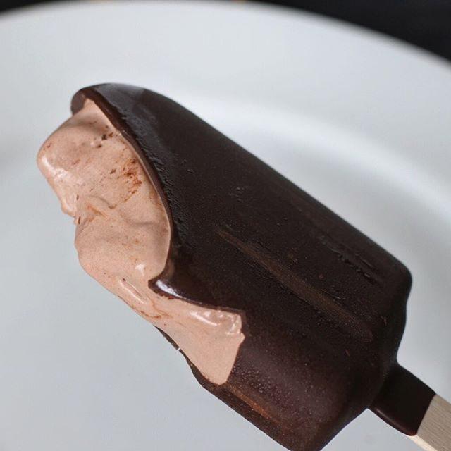 画像: 試食サンプルでいただいた #ゴディバチョコ レートアイスバー  ダブルチョコレート 。 コーティングされているブラックチョコレートは本格ビターで、バリっと感良し!。そしてミルクチョコレートのなめらかなこと。チョコレートのコントラストが鮮やかなアイス ... instagram.com
