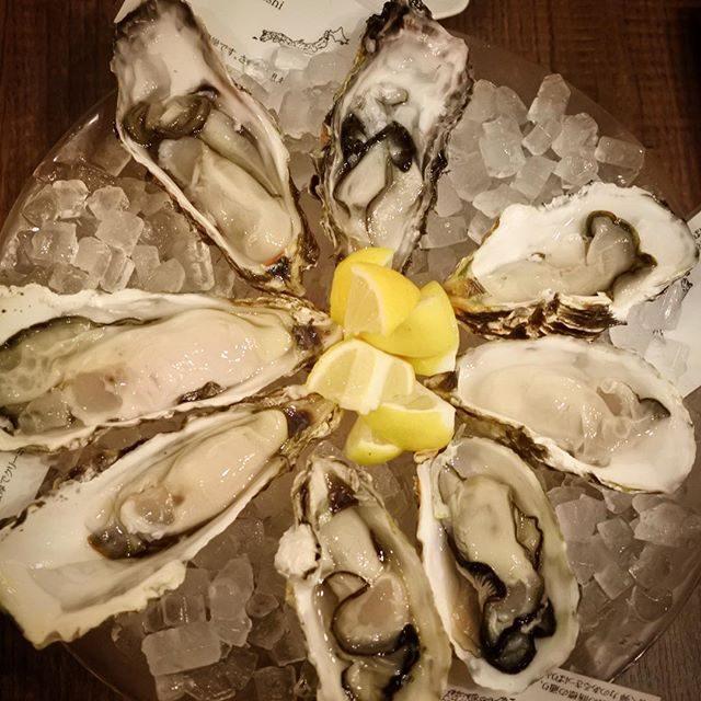 画像: 銀座で牡蠣のお花が満開で〜す(笑) 北海道 昆布森産の巨乳感タップリなのが俺の好み!w #生牡蠣 #オイスターバー instagram.com