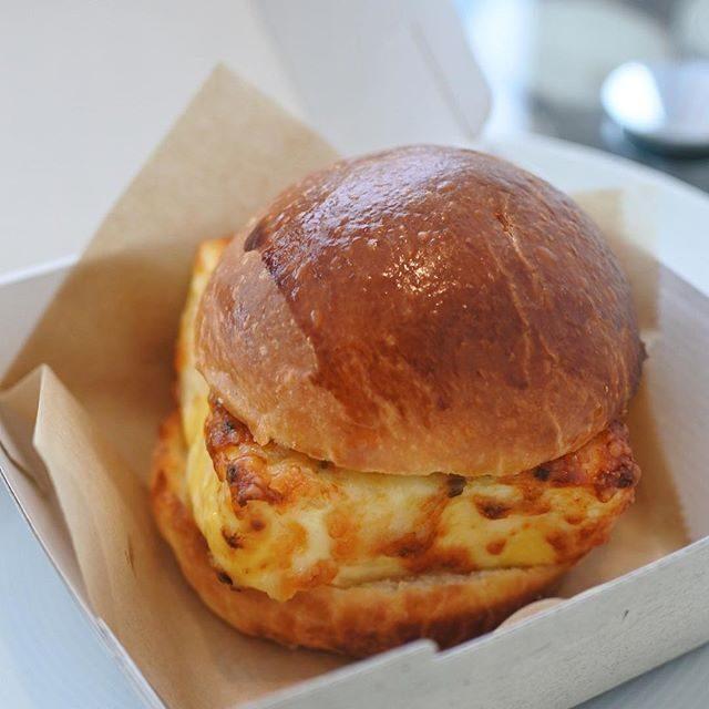 画像: ドミニク アンセル ベーカリーでランチにはパーフェクト リトルエッグ サンドイッチ ! コレは次世代玉子サンドイッチだ!オーブンでスチームしたふわふわな卵を、グリュイエールチーズと自家製ブリオッシュでサンド。玉子サンドイッチ好きには是非トライして欲 ... instagram.com