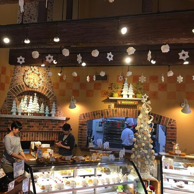 画像: 12月だね〜 クリスマスを待つ街のケーキ屋さんって幸せ!! #春日部 www.instagram.com