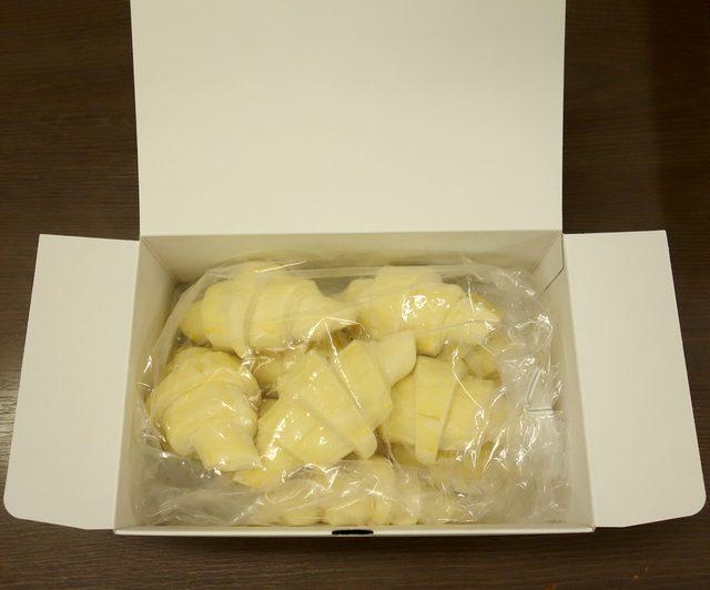 画像: 冷凍庫からとりだしそのまま自然解凍で15分。解凍後、200℃に予熱したオーブンで15分~30分ほど加熱すれば、まるで家に専属のブーランジェ(パン職人)がいるかのような、バターリッチで大きく膨らんだ多層の本格クロワッサンが楽しめる。 boulangecalva.cart.fc2.com