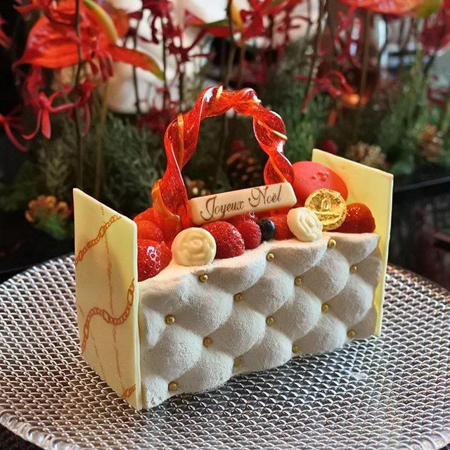 画像: ルワンジュ東京のクリスマスアントルメ! マトラッセのバッグを模ったドンペリのムースのケーキ! カワイイだけじゃなく、美味しい大人味のケーキ!! #アメージングうめーじんぐ #クリスマスケーキ www.instagram.com