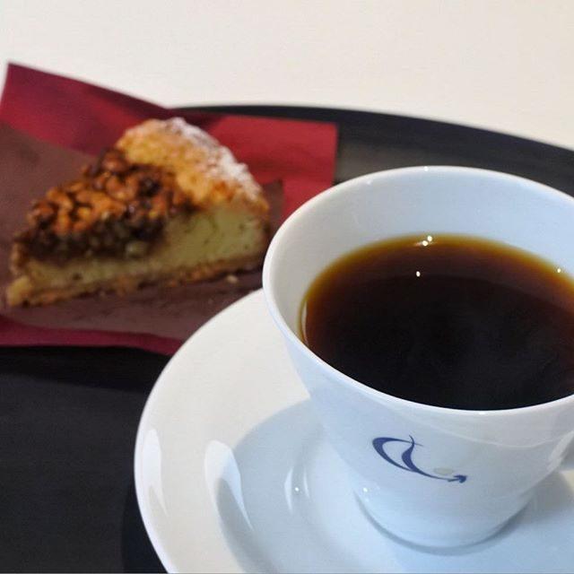 画像: 明日12/11、横浜 元町に素敵なカフェ「ミカフエート横浜元町店」がオープンします。 コーヒーハンター川島良彰さんのコーヒーを、菓道家 津田陽子さんのタルトと愉しむお店! 大人のスイーツを楽しめる空間です。コーヒーとタルトのこのセットで980円は素 ... www.instagram.com