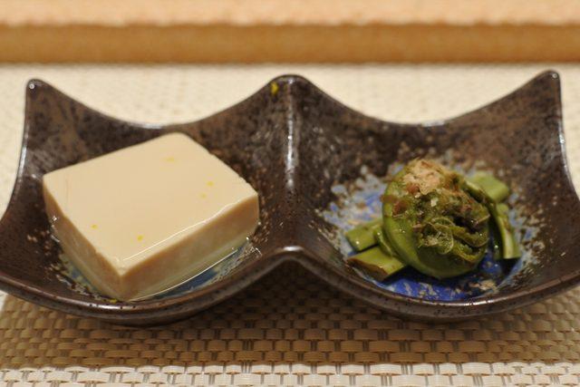 画像: 先付け ハマグリの出汁で炊いた、旨味ある豆腐