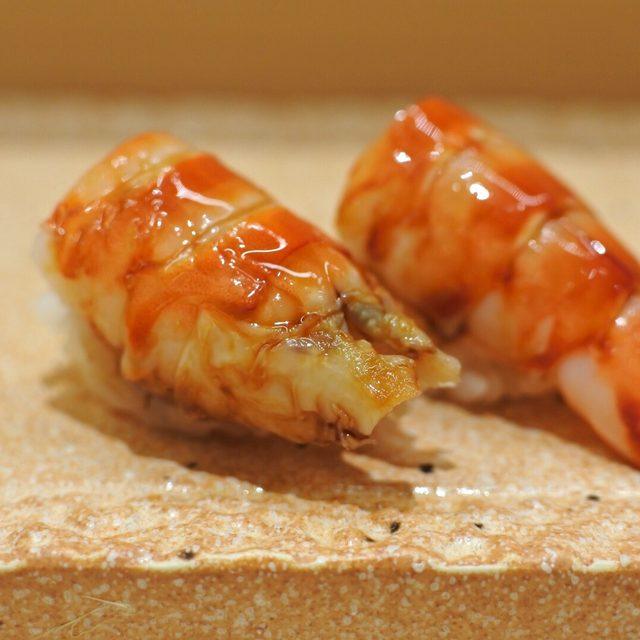 画像: 車海老はシャリの上に海老味噌と車海老のおぼろを仕込む。海老の甘さに謹厳実直。海老の旨味がすし飯の一粒一粒にからみ、解りやすいほどの美味!