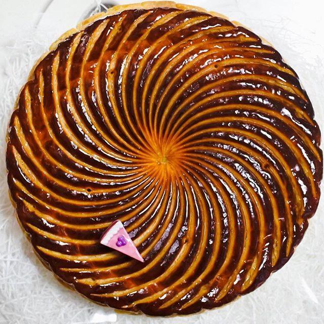画像: ドミニク・アンセル ベーカリーで調達したガレット・デ・ロワはフィユタ―ジュ・アンベルセ(逆折込パイ)という、通常とは逆のバター生地で包み込む、より熟練を要する手法でつくる。焼き上がりのサクサクハラハラ感と細やかな厚みパイ層、そして焼き色が際立ちすこ ... www.instagram.com