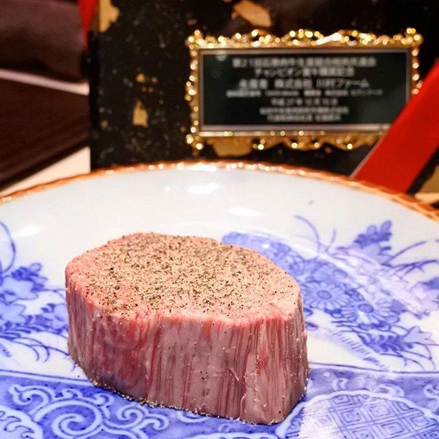 画像: 肉初めは「西麻布けんしろう」。 仙台牛去勢チャンピオン牛ヒレを塊で焼いてもらいま〜す! 霜降りとはよく言ったもので、網目のように霜が降った白い肉。この脂の綺麗な旨さを憶えると、黒毛和種のA5、A4等級のドライエージングに意味が見出せないのは俺だけで ... www.instagram.com