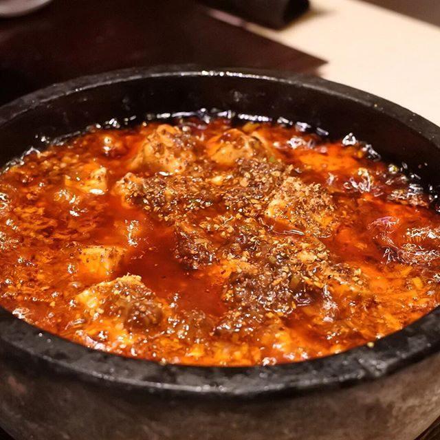 画像: 中国料理の修行経験がある健志郎シェフに我儘いって、尾崎牛などの切り落としを叩いた肉で麻婆豆腐をつくってもらいました!黒毛和牛の甘みが味わいに深みをくれています。 ホアジャオ効いた本格麻辣味は焼肉店という業態のポテンシャルを更に高めてくれました。それ ... www.instagram.com