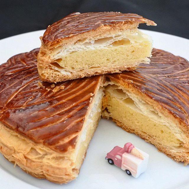 画像: 日本のフランス菓子の正統「パティシエ シマ」のガレットデロワは、飾らず驕らず王家の佇まい。懐かしい白いケーキ箱に入り紐掛けしてくれる。お菓子のありがたみがここにはある。サクッとフワッとして味わいもroyal❗️ #アメージングうめーじんぐ #ガレッ ... www.instagram.com