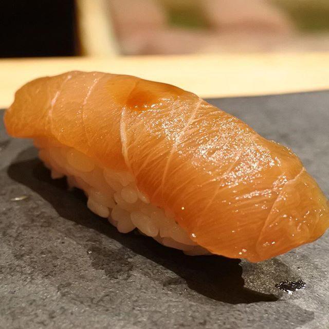 画像: オレンジ色の憎いヤツ!(このフレーズわかるあなたは昭和人w)まるで漬けを施したようなテリはマカジキ55日熟成。カジキのなかではメカジキより甘いマカジキ。それがさらにトロけるこく旨。燻していないのに燻香ただようこのエロさ。エロいエロいと連発するが、そ ... www.instagram.com