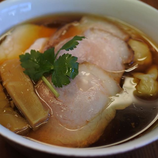 画像: 2016ラーメン初めは、美味しいワンタン麺が食べたくて、湯河原の「らぁ麺屋 飯田商店」。開店前から20人も並んでいてクリビツw。国産小麦と天然由来の自家製面ラーメン店。醤油ラーメンは比内地鶏と東京軍鶏の丸鶏スープと鶏油でコクもキレもあってワンタンに ... www.instagram.com