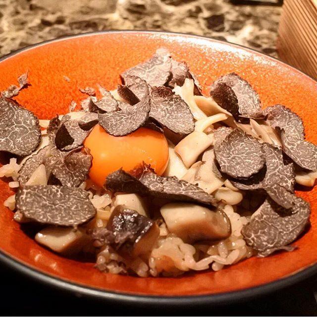 画像: 中国雲南省から取り寄せる8種類のキノコをコトコト煮込んだ秘伝のブラックスープの炊き込みご飯。そこに伊勢神宮ご奉納卵の卵黄を落とし、さらに黒トリュフを削りかけた、バチあたりな旨さのTKG! このみで鶏油や特製タレをらかけて、途中からブラックスープをか ... www.instagram.com