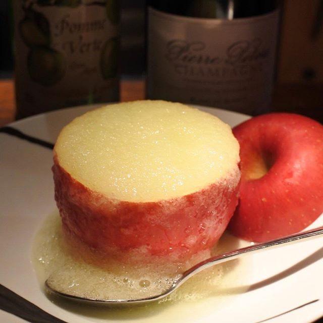 画像: リンゴをくり抜いてつくる #シャンパンカクテル 。 これは #大人の離乳食やあ〜 ❗️#アフィナージュ #ワインバー #ワインバー #祇園白川 #kyoto www.instagram.com