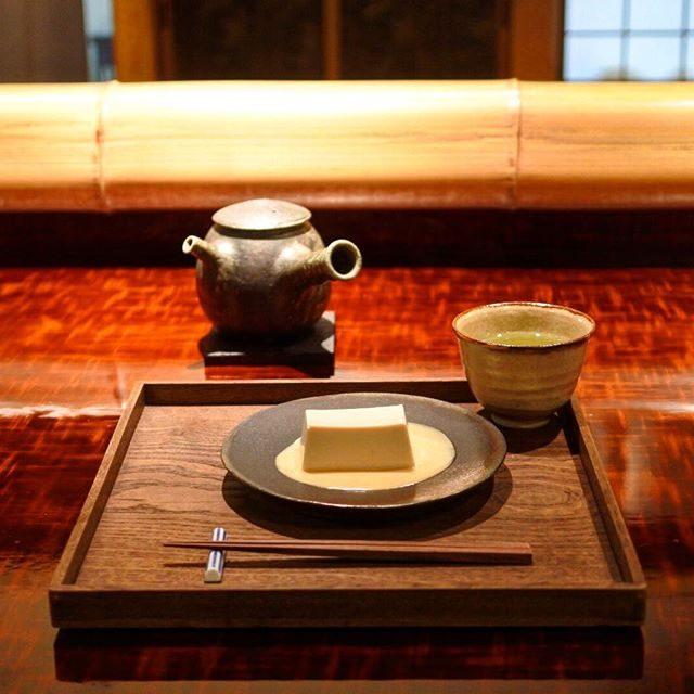 画像: 祇園の密会待ち合わせは #茶菓円山 。(笑)元、未在の雰囲気そのまま。 凛とした真葛羹。 #アメージングうめーじんぐ  #円山公園 www.instagram.com
