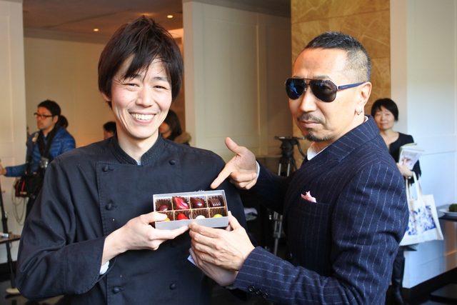 画像: 藤原尚樹シェフと大阪店、京都店限定のエメラのボンボンショコラ
