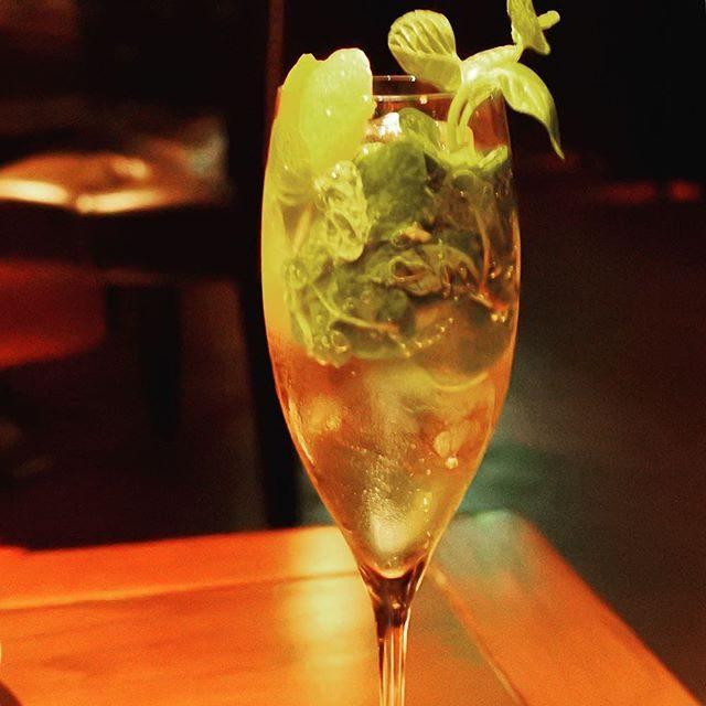 画像: 打ち合わせに、BAR HIRAMATSU なんて、難波男子、やりよる!!(笑) #シャンパン とミントリーフ、オレンジ、レモンピール、シロップの #カクテル 「シャンパンジュレップ」。 #osaka #バーヒラマツ #ハービスプラザ www.instagram.com