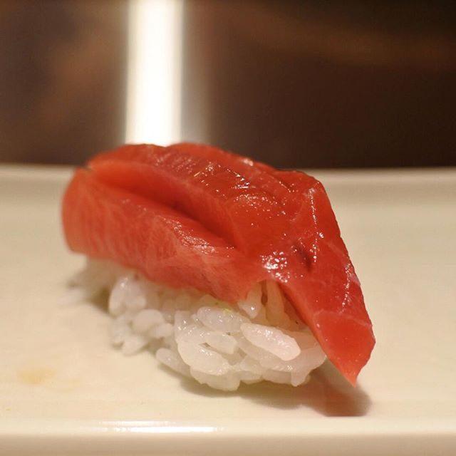 画像: 横浜・子安の有名鮨店 すし八左ェ門 が銀座に移転。血合い付近の中トロは脂より肉の旨みを感じてほしい...と、鮨ネタとしては珍しい超厚切り。鮪赤が映える白酢のシャリを覆う。煮切りにしてもシャリにしてもネタにしてもそうですが、瞬間でウぉっと唸る美味しさ ... www.instagram.com