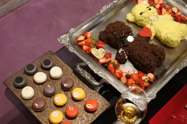 画像: ワインに合うブルーチーズやトリュフのマカロンとテディベアのケーキはお店からのサプライズ