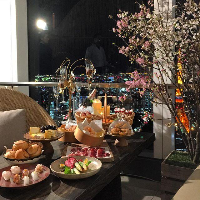 画像: 多分、東京で一番エロい花見スポット(笑)。アンダーズ東京52Fのルーフトップバーでは4/10まで、お花見ガーデン楽しめます www.instagram.com