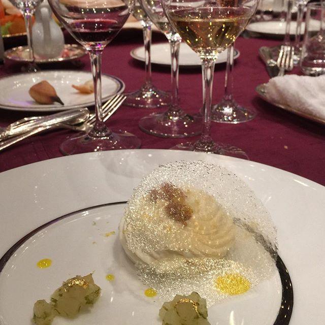 画像: 昨夜のルイ夫妻の披露宴のシメは吉開雄資シェフのデセール「タルト・シトロン・ムランゲ・ア・ラ・ミエル」。タルトシトロンのアイスにレモン風味のメレンゲ、シトロンベールとアカシア蜂蜜で香りをつけた洋梨を添えています。そこにルイRが取り扱うアルザス 遅摘み ... www.instagram.com