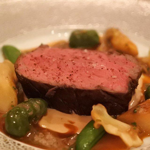 画像: レインボーブリッジを望めるダイニングでいただく赤牛のダブル熟成のステーキ。ベイビューテラスでフリーフローシャンパンもあるし、究極のエロ肉が楽しめます!! www.instagram.com