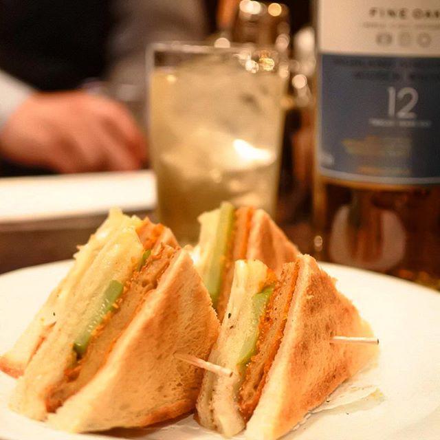 画像: BAR YOSHIDA の新地名物 フィシュカツサンドとハイボール! 魚のすり身のカツサンドで、なぜか肉肉しい味わいです! #アメージングうめーじんぐ www.instagram.com