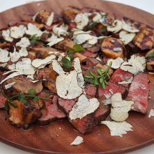 画像: 大人の肉フェスの楽しみ方なう(笑) 究極!シャトーブリアンの肉塊ステーキ(35,000円)は国産A5黒毛和牛のシャトーブリアン500gを塊で焼き上げ、味噌漬けフォアグラとサマートリュフをぶっかけた、山椒が香るファンキーな一皿! #アメージングうめー ... www.instagram.com