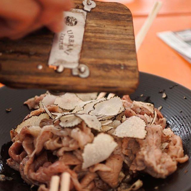 画像: #肉フェス にて、#よろにく  サマートリュフの #シルクロース ! ほんと神な美味しさ、これを野外で食べさせてくれるのだから、よろにく #どうかしてるぜ !(笑) #アメージングうめーじんぐ www.instagram.com