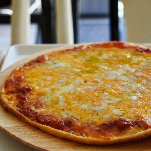 """画像: 生地もトマトソースもマンマ手づくりの極薄クリスピーピザ!ピッツァじゃありませんからあ(笑) ホワイトチェダー、レッドチェダー、モッツアレラ、グラナパダーノのクワトロフォルマッジョで!たまにこういう""""ピザ""""と呼ぶものが食いたくなる 俺も毎週末に公用車 ... www.instagram.com"""