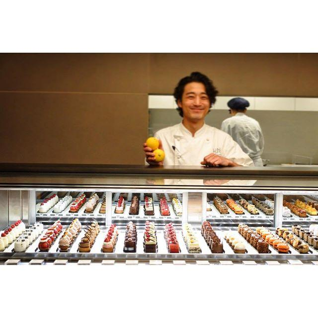 画像: プティガトーではない、プティフールでもない、ミニャルディーズという選択。 香りと食感、そして甘さという美味しさを味わうにはちょうどよい港区サイズ。 姿はミニマムなごら美味しさはマキシマム! #アメージングうめーじんぐ #アングラン www.instagram.com
