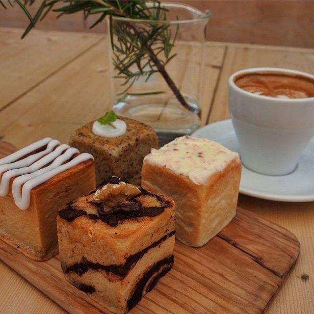 """画像: 両国のクレイジーカフェブランクで""""はこパン""""なう。なかほら牧場のミルクを使っとブラッドホワイトと。 フタバベーカリー製のキューブパンで、アールグレイのレモンクリームチーズパンや桜パタークリームあんパン、シナモンロール、エスプレッソチョコパンなど、ど ... www.instagram.com"""