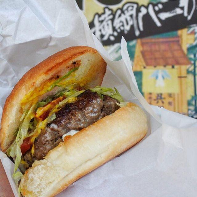 画像: #横綱バーガー  160グラムのパテがみっしり。これで550円なんてコスパの良さ横綱級! ごっつぁんです(笑) www.instagram.com