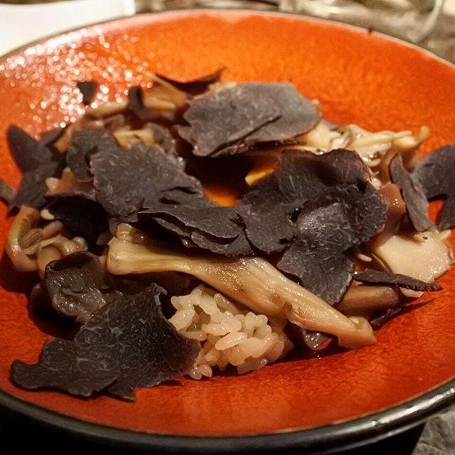 画像: 某スーパーパティシエも大絶賛する、8種類のキノコでつくる秘伝のブラックスープで炊き上げた【伊勢神宮ご奉納たまごをのせたトリュフかけキノコご飯】。さらにここにキノコしゃぶしゃぶのブラックスープをかけてサラサラといただく。至福のひととき(笑) #アメー ... www.instagram.com