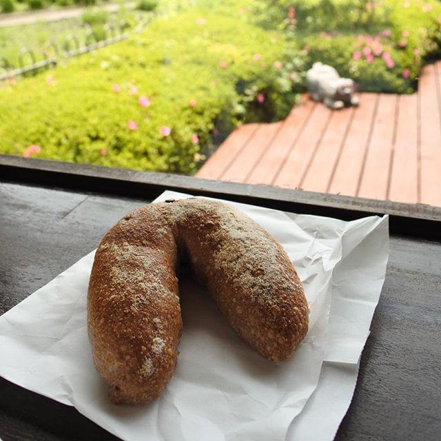 画像: リリエンベルグ 横溝シェフの弟さんのパン屋さん! 自家製酵母のクルミを練りこんだ生地でホワイトチョコを練りこんだ逸品! これ、ウィスキー合いそう! #アメージングうめーじんぐ www.instagram.com