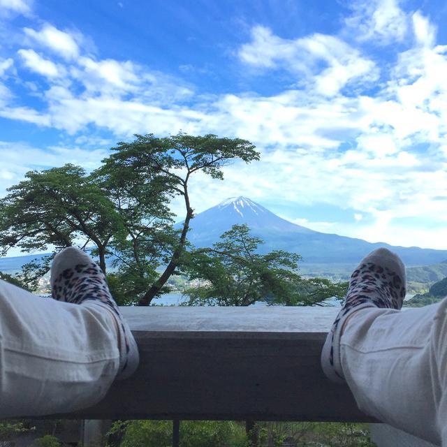 画像: テラスのソファから寝そべって河口湖と富士山を望む贅沢!