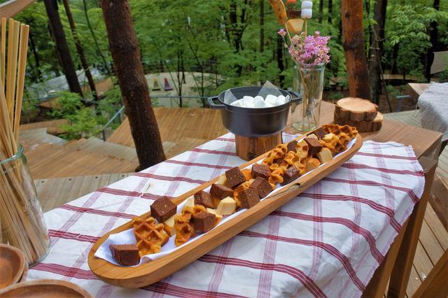 画像: ベルギーワッフル、バウムクーヘン、ブラウニー、バナナなど、バーベキューに使うスイーツが用意される。
