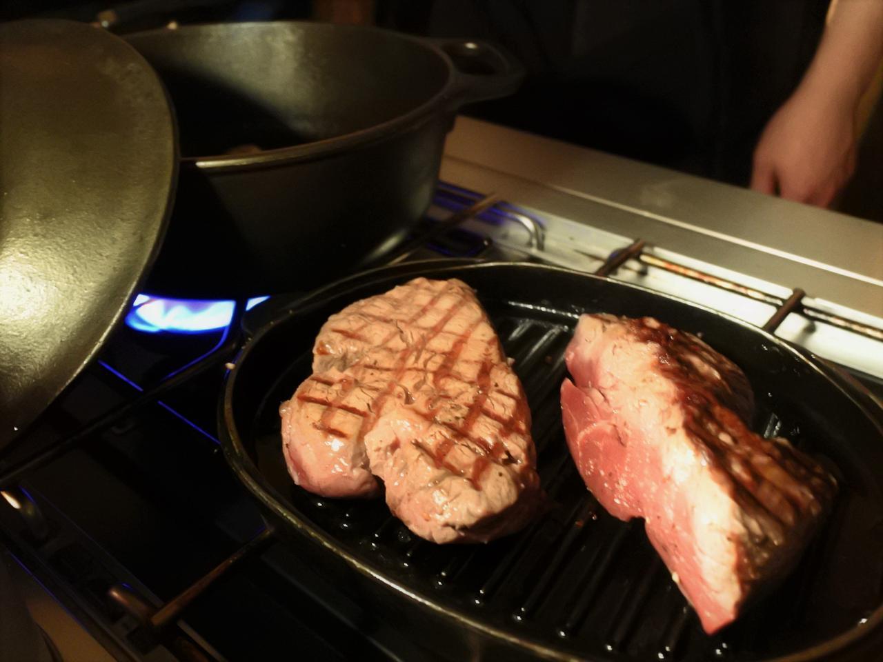 画像: まずは、シェフが目の前のグリルパンで肉をダイナミックに焼いていきます