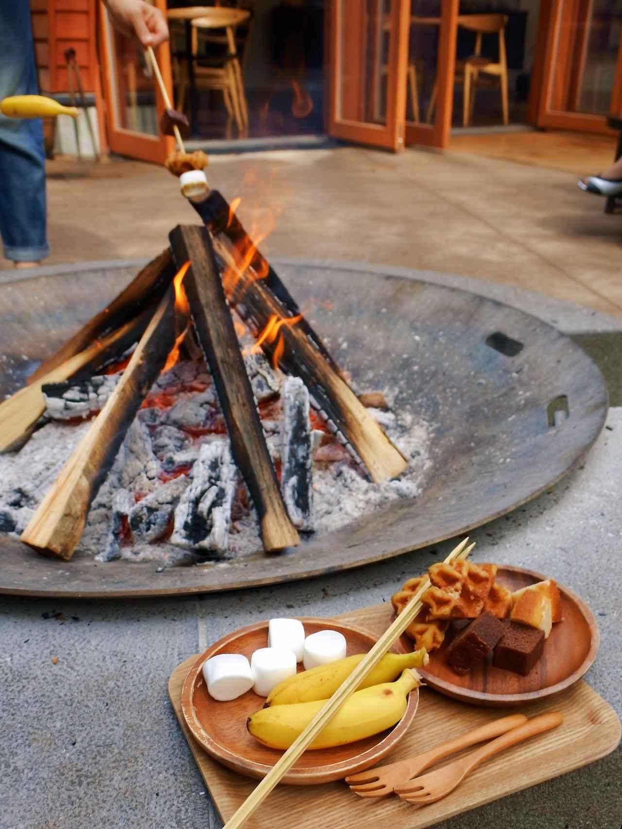 画像: キャンプファイヤーで、好みの具材をバーベキュー!  夜にはここで火を囲んだ「焚火BAR」となる