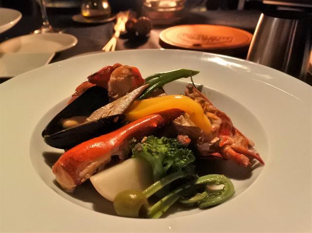 画像: 最後は、シェフが盛り付けをして、美しくもワイルドな「オマール海老とムール貝のスチームグリル」の完成です!